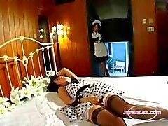 Asian Girl Пойманные на Мастурбация горничная Получение ее волосатая киска облизываемая на кровати