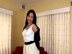 Mujer japonesa delgada y altos tiras de confianza submarinos desnudas