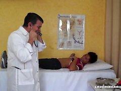 Terapia da cócega para o delírio asiático do menino