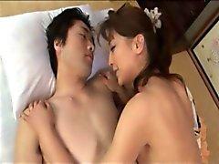 Etapa Japanese Mom Cura Menino com a Body 1