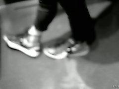 Redhead Дани Дженсена в мини-юбке становится ноги ее ласкали