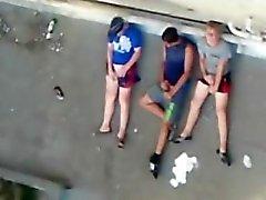 Gefangen Bruder mit zwei Hetero Freunde Wichsen auf einem Dach.