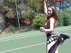 tennis topless con le di Dani Daniels e di Cherie di DeVille