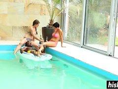 Grupp av vänner har roligt i poolen