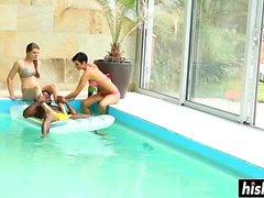 Un gruppo di amici si diverte in piscina