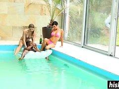 Arkadaş gurubu havuzunda eğlenceli vardır