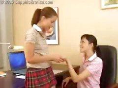 Två kåta unga lesbisk skolflickor slickar fitta och knulla med en strapon