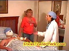 Dr. Hayden eo chateado off Mom! / Ela é um médico pau e fica preso!