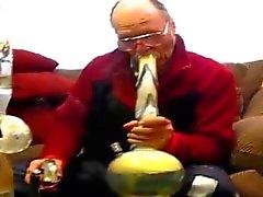 Vanhat ihminen gets oraalisesti lungbusted paksuilla bong