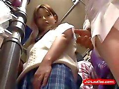 Büro-Dame immer ihren Brustwarzen gesaugt Pussy- Fingered im Stehen auf The Bus