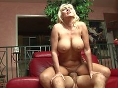 Experienced hunk gets to fuck a smoking hot MILF on the sofa