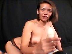 Menina asiática com enormes peitos