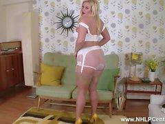 Brassy blondi Anna Joy nauhoittaa vanhoihin pikkuhousuihin nailon korkokengät