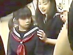 Vier Japanese Schul spielen mit einem Hahn