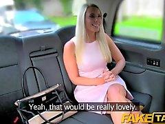 Faux en taxi Tarte par chaude blonde dans la de taxi