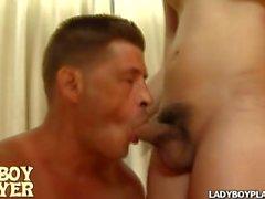 Junge ladyboy Pumpe ihr kleines ladyboy Loch, bis er zum Orgasmus bereit ist
