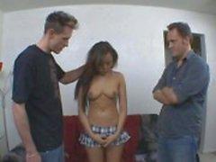 Spuitende Aziatische Babe neemt op twee pikken tegelijk
