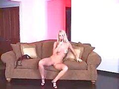 Gutgebaute bildhuebsche Blondine masturbiert mit Dildo