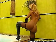 Reiz Transvestit gets naked und die zupft auf ihrem prallen Schwanz