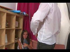 Boss ger inkompetent sekreterare exakt vad hon förtjänar