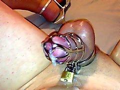 Sissyen kuk inlåst i kyskheten sperma handsfree