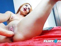 Tinny Bentt en Flirt4Free - Sexy bisexuales latina salpica con su consolador