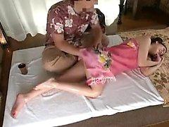 Baiseuse japonaise aux jambes sexy avec masseur caressant