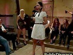 Heiße BDSM Brünette Orgie in der Öffentlichkeit durchgefickt