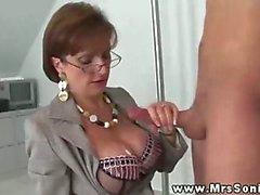 Fru sonia får sperma över hennes gigantiska tuttar efter rycka dick