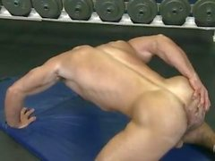 Muscle guy Abel se sacude en el gimnasio