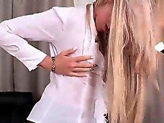 Alina Bell pissing hänen mustat sukkahousut
