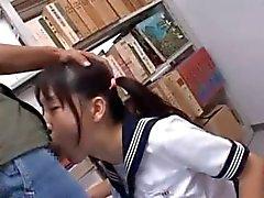Brunette Aasian suun munaa koulussa kirjastossa