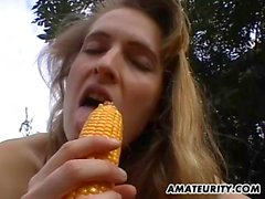 Amateur girlfriend toy her pussy with corn outdoor