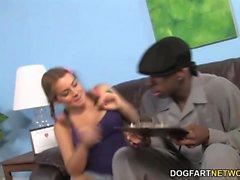 Natasha Fin krävs svart kuk framför henne fader