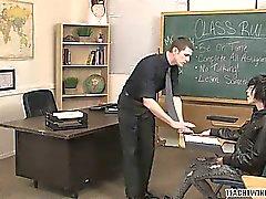 opettajan laittaa twink oppilas enintään hänen pöydällään sekä iskujen