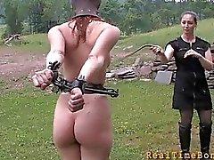Ligados gata é castigada pelo mestre por seus pecados