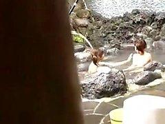 Un couple de hotties asiatiques sont nus à l'extérieur et jouent dans