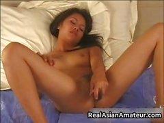 Jeune folle de sexe d'Asie mouiller ses culottes à d'un part5 en solitaire
