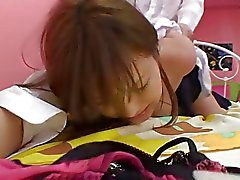 Sevimli Japonca fahişesin yatakta sert bir patlama ve krem pastayı olur