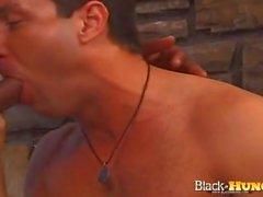 Weißer Typ mit schwarzen Nieten