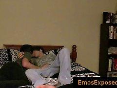 Zwei niedliche jungen emos mit Homosexuell Sex die auf Bett Teil1