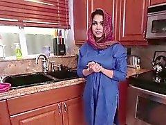 Brunette arab di Ada si riempie di di sperma