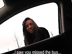 Chica amateur perdido el autobús acordada a tener sexo en el carro