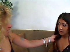 2 pintos lésbicas usando um vibrador