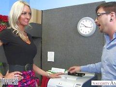MILF Emma Starr seduz seu colega de trabalho - Naughty Office - Naughty America