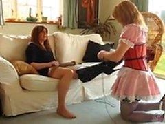 Hot blonde Transe Zofe anbetet Füße DWT Herrin und dann saugt ihre großen Schwanz