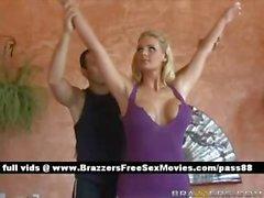 Великолепная блондинка девушка делает йоге