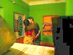 Сексуальная Desi Bhabi выебанная соседом Scandal