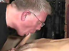 Les hommes âgés des jeunes guys du porno des gay sex les poteaux dos bénigne est une en C