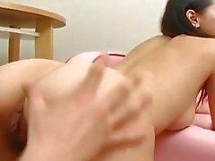La traviesa asiática Maria Ozawa se vuelve melenuda antes de la perforación dura